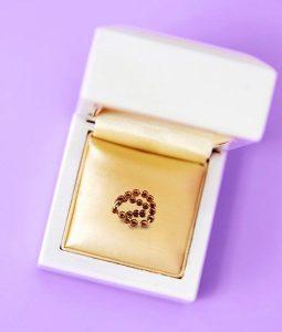 A képen az IUB™ Rézgyöngy spirál látható egy díszdobozban, nyitott állapotban, lila háttéren