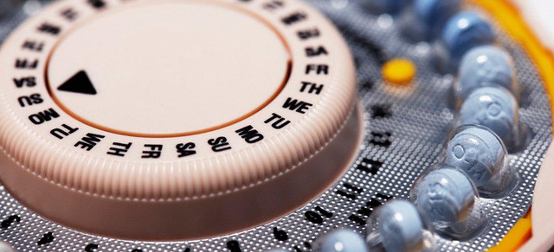 A képen egy levél fogamzásgátló tabletta látható napkövetős rendszerrel