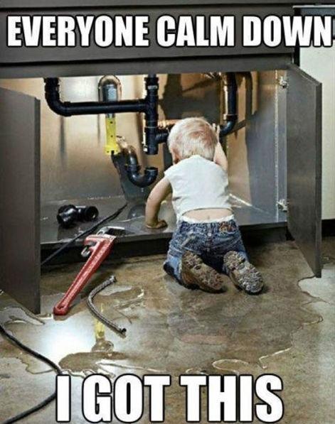 A képen egy csecsemő látható, miközben, látszólag megpróbál megjavítani egy csapot.