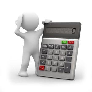 a képen egy animált figura látható, miközben egy vele azonos méretű számológépet tart. A kijelzőn a 0 szám látható anyagiak.